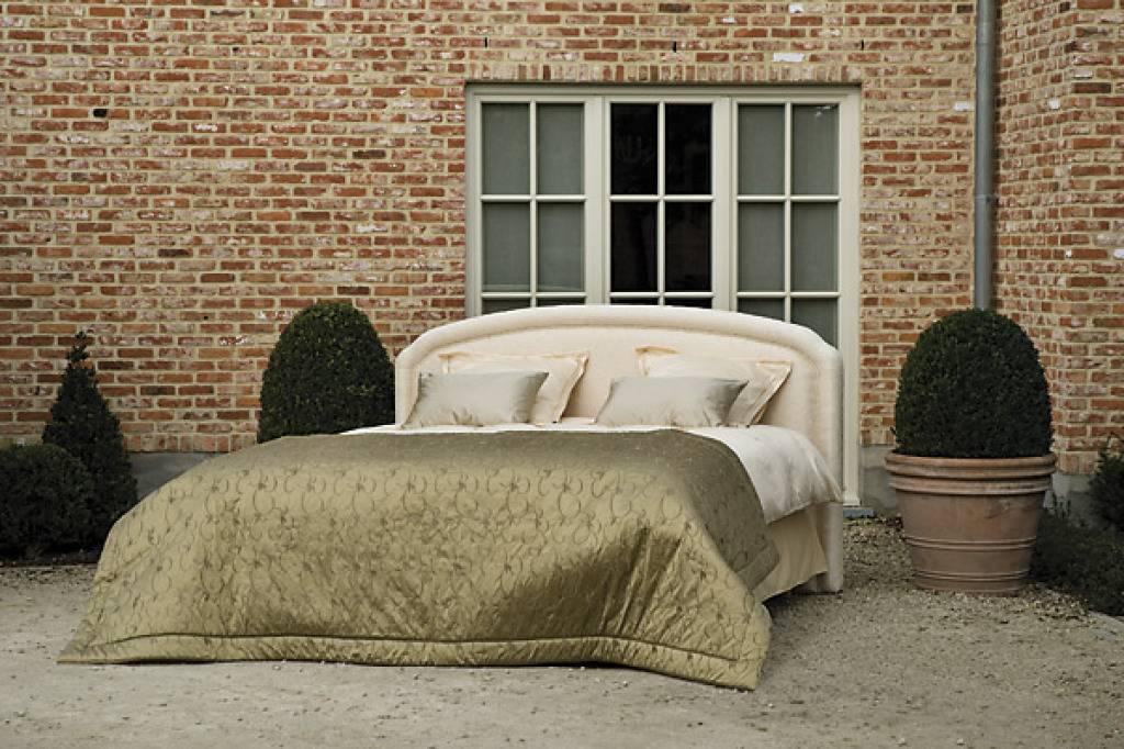 In Diesem Eleganten Bett Lässt Es Sich Schlafen Wie Eine Königin, Oder König.  Highlight Auf Dem Bett: Das Goldene Plaid.